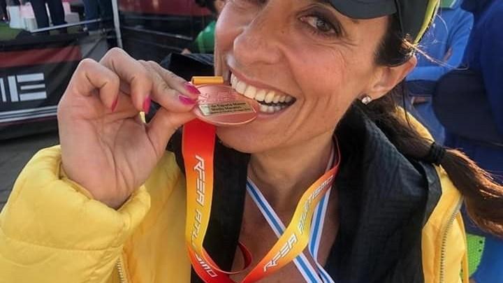 Nuestra querida atleta de Rajao´s Runners Alcantarilla acabaría colgándose la medalla de bronce F45 con un tiempo de 1:30:50,